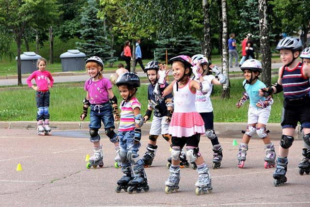 Как научить ребенка кататься на роликах в 4-5 лет: занятия, видео