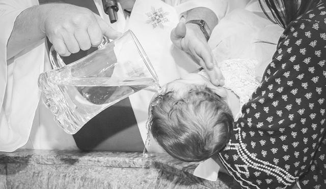 Крещение ребенка : правила, приметы, что нужно знать родителям мальчика и девочки