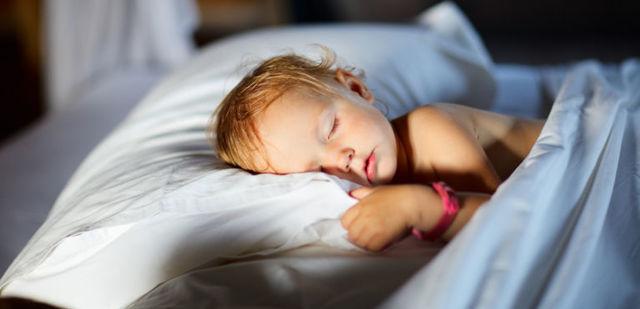 Как отучить ребенка писать в кровать ночью: советы о детях старше 3 лет
