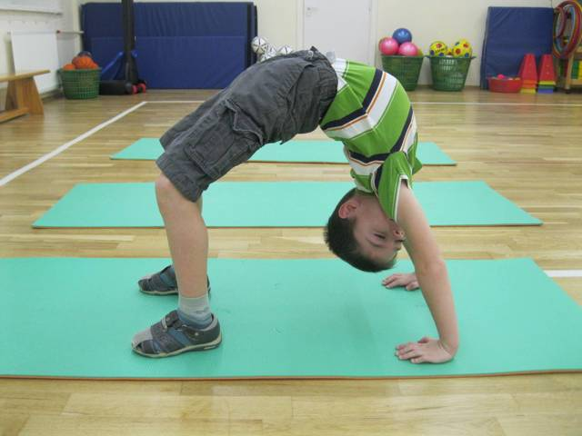 Упражнения для осанки у детей в домашних условиях: комплекс ЛФК и гимнастики при искривлении