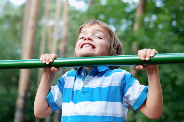 Как научить ребенка подтягиваться на турнике с нуля за неделю: видео и советы