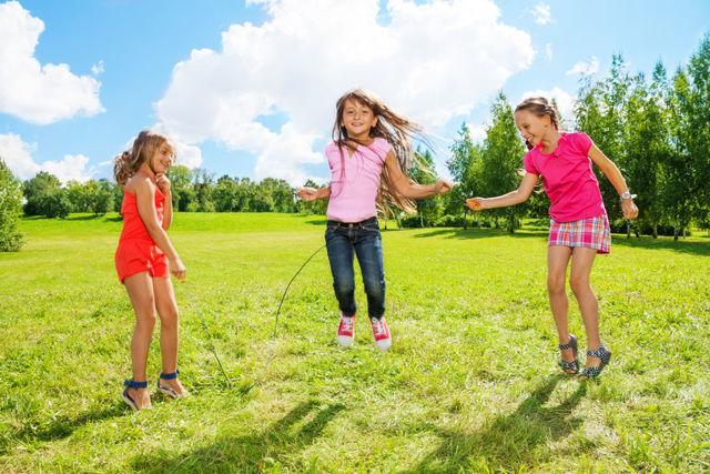 Как научить ребенка прыгать на скакалке: видео, упражнения и игры со скакалкой
