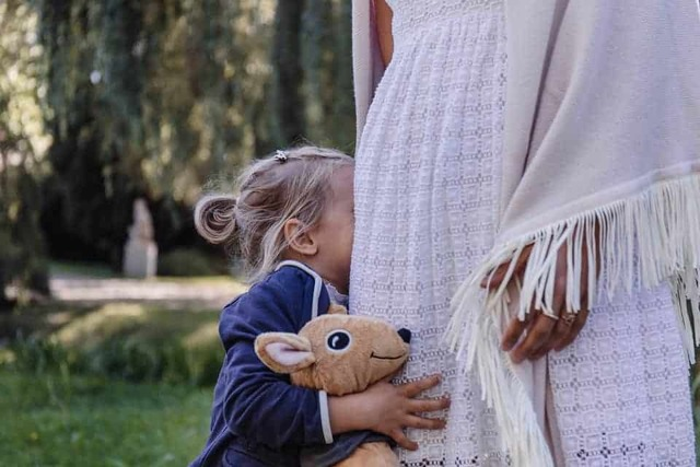 Ребенок боится других детей и чужих людей в 2-3 года и раньше: что делать?
